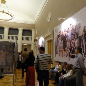 Новые фотографии актеров театра в фойе