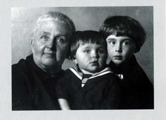 Витя (справа) с бабушкой Софьей Георгиевной Монюковой, урожденной фон Бек, и кузеном Андреем